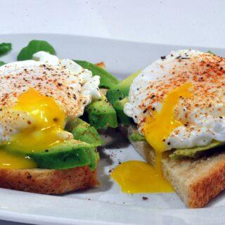 Chléb s avokádem a vejcem, zdroj bílkovin