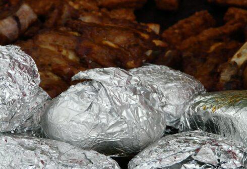 Brambory s kuřecím masem pečeným v alobalu