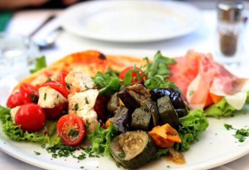 Salát z batátů a grilované zeleniny