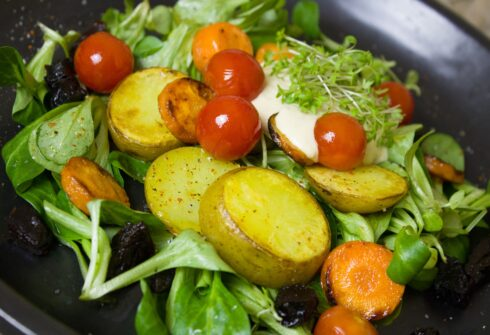 Salát z nových brambor s rukolou
